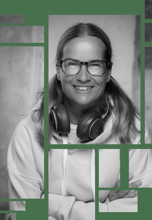 Anja Kalischke-Bäuerle. Tile Design. Portrait mit Headphones lachend