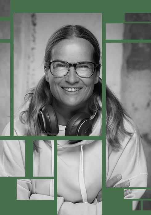Anja Kalischke-Bäuerle. Lächelnd und schwarz-weiß Bild -  im Tile Design