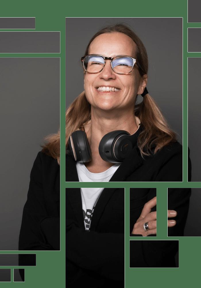 Anja Kalischke-Bäuerle. Storytelling-News. Portrait mit Headphones lachend