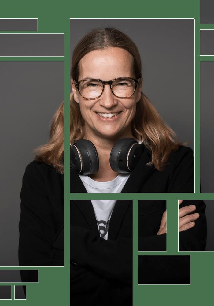 Anja Kalischke-Bäuerle. Storytelling-News. Portrait mit Headphones lächelnd